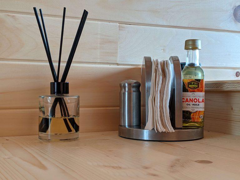Sel, poivre, huile et serviettes de table